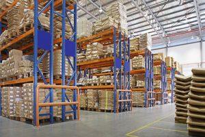 sandėlis su daugiasluoksnėmis lentynomis gamykloje